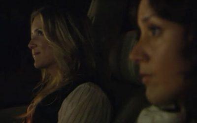 17 – Bette geeft haar assistent Nadia (de welbekende Grey's Anatomy 'Arizona' Jessica Capshaw) een RITJE naar huis.