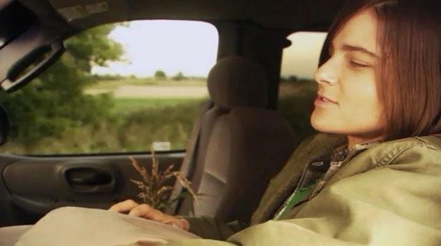 58  –  Jenny geeft Max een blowjob tijdens hun rondreis. Ze kennen elkaar nog maar net en Jenny is nog een beetje in de war.